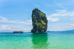 Λέμβος ταχύτητας με το νησί Poda σε Krabi Το Poda είναι οργανωμένη περιήγηση ταξιδιού νησιών σε Krabi, Andaman ωκεάνια Ταϊλάνδη Στοκ φωτογραφίες με δικαίωμα ελεύθερης χρήσης