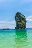 Λέμβος ταχύτητας με το νησί Poda σε Krabi Το Poda είναι οργανωμένη περιήγηση ταξιδιού νησιών σε Krabi, Andaman ωκεάνια Ταϊλάνδη Στοκ φωτογραφία με δικαίωμα ελεύθερης χρήσης