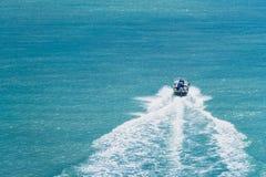 Λέμβος ταχύτητας που κινείται γρήγορα στον ωκεανό πηδώντας κίνηση frisbee σύλληψης ανασκόπησης θολωμένη θαμπάδα Στοκ εικόνα με δικαίωμα ελεύθερης χρήσης