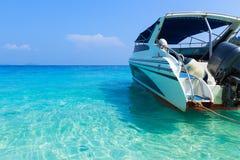 Λέμβος ταχύτητας στη θάλασσα στοκ εικόνα με δικαίωμα ελεύθερης χρήσης