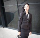 Λένα Επιχειρησιακό κοστούμι, γυαλιά, πόλη, μισό ύψος! Στοκ Εικόνα