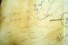 Λέξεις του John Lennon ` s που χρησιμοποιούνται στη διαμαρτυρία γκράφιτι ενάντια στη Συρία στοκ φωτογραφίες