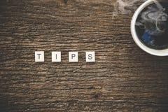 Λέξεις των επιχειρησιακών εννοιών που συλλέγονται στο σταυρόλεξο με το φλυτζάνι καφέ στους ξύλινους κύβους Στοκ φωτογραφία με δικαίωμα ελεύθερης χρήσης