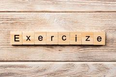 Λέξη άσκησης που γράφεται στον ξύλινο φραγμό κείμενο άσκησης στον πίνακα, έννοια στοκ εικόνες με δικαίωμα ελεύθερης χρήσης