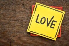 Λέξη αγάπης στη σημείωση υπενθυμίσεων Στοκ Εικόνες