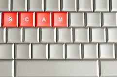 Λέξη απάτης που συλλαβίζουν σε ένα μεταλλικό πληκτρολόγιο στοκ εικόνες