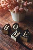 Λέξη από το σπίτι κύβων, σκοτεινό υπόβαθρο, θερινά λουλούδια, που τονίζονται στοκ εικόνες