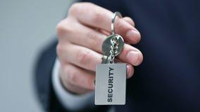 Λέξη ασφάλειας στο keychain στο αρσενικό χέρι κατασκόπων, υπηρεσία σωματοφυλακών προσωπικοτήτων, έννοια απόθεμα βίντεο