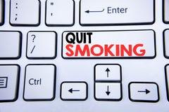 Λέξη, γράψιμο εγκαταλειμμένο κάπνισμα Επιχειρησιακή έννοια για τη στάση για το τσιγάρο που γράφεται στο άσπρο κλειδί πληκτρολογίω Στοκ φωτογραφία με δικαίωμα ελεύθερης χρήσης