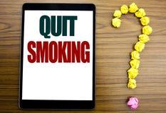 Λέξη, γράψιμο εγκαταλειμμένο κάπνισμα Επιχειρησιακή έννοια για τη στάση για το τσιγάρο που γράφεται στην ταμπλέτα, ξύλινο υπόβαθρ Στοκ εικόνες με δικαίωμα ελεύθερης χρήσης