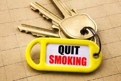 Λέξη, γράψιμο εγκαταλειμμένο κάπνισμα Επιχειρησιακή έννοια για τη στάση για το τσιγάρο που γράφεται στο βασικό κάτοχο, κατασκευασ Στοκ εικόνα με δικαίωμα ελεύθερης χρήσης