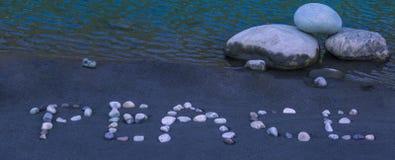 Λέξη ειρήνης που γίνεται από τα χαλίκια Στοκ φωτογραφία με δικαίωμα ελεύθερης χρήσης