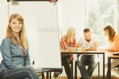 Λέξη εκμάθησης γραψίματος κοριτσιών σπουδαστών στο whiteboard Στοκ φωτογραφία με δικαίωμα ελεύθερης χρήσης