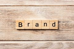 Λέξη εμπορικών σημάτων που γράφεται στον ξύλινο φραγμό κείμενο εμπορικών σημάτων στον πίνακα, έννοια στοκ φωτογραφίες