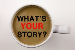 Λέξη, ερώτηση γραψίματος ποιο είναι το κείμενο ιστορίας σας στον καφέ στην επιχειρησιακή έννοια φλυτζανιών για την εμπειρία αφήγη στοκ εικόνα