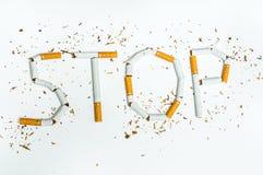 Λέξη καπνίσματος στάσεων που γράφεται με τα σπασμένα τσιγάρα Στοκ εικόνα με δικαίωμα ελεύθερης χρήσης