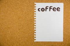 Λέξη καφέ που γίνεται από τα φασόλια καφέ σε χαρτί Στοκ φωτογραφία με δικαίωμα ελεύθερης χρήσης