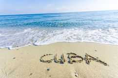 Λέξη ΚΟΥΒΑ που γράφεται στην υγρή άμμο Στοκ φωτογραφία με δικαίωμα ελεύθερης χρήσης
