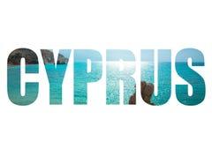 Λέξη ΚΎΠΡΟΣ πέρα από το τοπίο με το tou Romiou, βισμούθιο PETRA Aphrodite Στοκ Φωτογραφίες