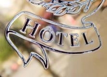 Λέξη ξενοδοχείων που χαράσσεται στο χρυσό πιάτο Στοκ Εικόνα