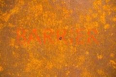 Λέξη πιό barrrier που χρωματίζει στο υπόβαθρο με τη σκουριά στο χάλυβα Στοκ εικόνες με δικαίωμα ελεύθερης χρήσης