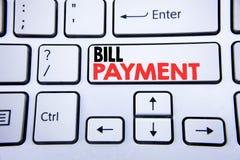 Λέξη, πληρωμή γραψίματος Μπιλ Η επιχειρησιακή έννοια για την τιμολόγηση πληρώνει τις δαπάνες που γράφονται στο άσπρο κλειδί πληκτ στοκ φωτογραφία με δικαίωμα ελεύθερης χρήσης