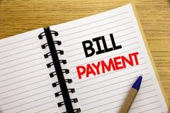 Λέξη, πληρωμή γραψίματος Μπιλ Η επιχειρησιακή έννοια για την τιμολόγηση πληρώνει τις δαπάνες που γράφονται στο σημειωματάριο με τ στοκ φωτογραφία