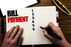 Λέξη, πληρωμή γραψίματος Μπιλ Η επιχειρησιακή έννοια για την τιμολόγηση πληρώνει τις δαπάνες που γράφονται στο βιβλίο, ξύλινο υπό στοκ εικόνα