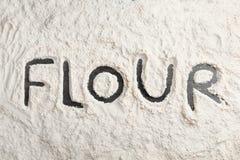 Λέξη που γράφεται στο στρώμα του αλευριού στοκ φωτογραφίες με δικαίωμα ελεύθερης χρήσης