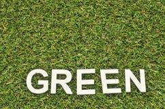 Λέξη πράσινη που κάνει από το ξύλο στην τεχνητή χλόη Στοκ φωτογραφίες με δικαίωμα ελεύθερης χρήσης