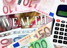 Λέξη πλούτου με τα χρήματα Στοκ εικόνα με δικαίωμα ελεύθερης χρήσης
