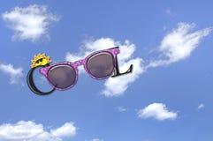 Λέξη δροσερή στο πλαίσιο γυαλιών ηλίου Στοκ Φωτογραφία