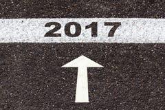 Λέξη 2017 στο άσπρο σημάδι γραμμών και βελών στη σύσταση ασφάλτου Στοκ εικόνες με δικαίωμα ελεύθερης χρήσης