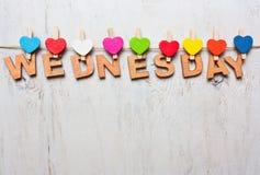 Λέξη Τετάρτης από τις ξύλινες επιστολές σε ένα άσπρο ξύλινο υπόβαθρο Στοκ φωτογραφία με δικαίωμα ελεύθερης χρήσης