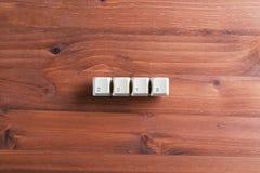 λέξη του 2018 στα κλειδιά πληκτρολογίων υπολογιστών στο ξύλινο υπόβαθρο Νέο YE Στοκ Εικόνες