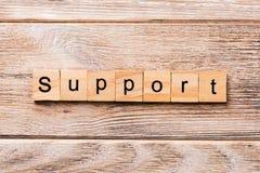 Λέξη υποστήριξης που γράφεται στον ξύλινο φραγμό Κείμενο υποστήριξης στον ξύλινο πίνακα για σας, έννοια στοκ φωτογραφίες
