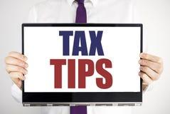 Λέξη, φορολογικές άκρες γραψίματος Η επιχειρησιακή έννοια για τους φόρους Forn ακρών που γράφτηκαν στην εκμετάλλευση lap-top ταμπ στοκ εικόνες