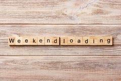 Λέξη φόρτωσης Σαββατοκύριακου που γράφεται στον ξύλινο φραγμό Κείμενο φόρτωσης Σαββατοκύριακου στον πίνακα, έννοια Στοκ Φωτογραφίες