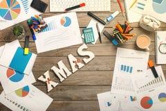Λέξη - Χριστούγεννα στον υπολογιστή γραφείου γραφείων με τα αντικείμενα γραφείων Στοκ εικόνες με δικαίωμα ελεύθερης χρήσης