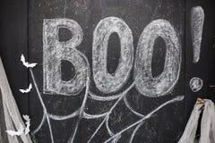 Λέξη Boo που επισύρεται την προσοχή στη μαύρη επιτροπή σχεδιασμού στοκ εικόνα με δικαίωμα ελεύθερης χρήσης