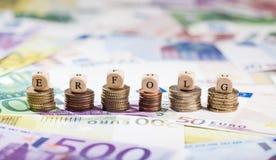 Λέξη Erfolg στους σωρούς νομισμάτων, υπόβαθρο μετρητών Στοκ Εικόνες