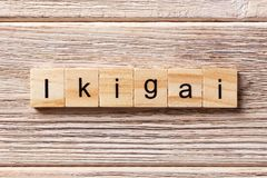 Λέξη Ikigai που γράφεται στον ξύλινο φραγμό κείμενο ikigai στον πίνακα, έννοια στοκ φωτογραφίες