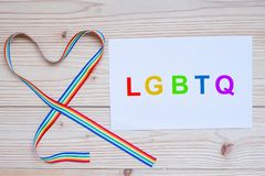 Λέξη LGBTQ με την κορδέλλα ουράνιων τόξων μορφής καρδιών για τη λεσβία, εύθυμος, αμφίφυλος, Transgender και την αλλόκοτη κοινότητ στοκ φωτογραφίες
