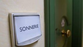 Λέξη Sonnerie που γράφεται στο κουδούνι πορτών, υπηρεσία ενοικίου διαμερισμάτων, φιλοξενία στοκ φωτογραφία