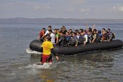ΛΈΣΒΟΣ, ΕΛΛΑΔΑ στις 12 Οκτωβρίου 2015: Πρόσφυγες που φθάνουν στην Ελλάδα στη dingy βάρκα από την Τουρκία Στοκ φωτογραφία με δικαίωμα ελεύθερης χρήσης