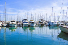 Λέσχη λιμενικών γιοτ ομορφιάς φωτογραφιών αποθεμάτων με τη βερνικωμένη σαφή θάλασσα και τα μπλε σύννεφα Στοκ Εικόνες