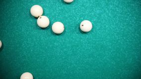 Λέσχη μπιλιάρδου Να αναλύσει τη μορφή τριγώνων άσπρων σφαιρών με ένα χτύπημα απόθεμα βίντεο