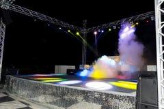 Λέσχη ντισκοτέκ νύχτας με τα ζωηρόχρωμα φω'τα, τις σφαίρες καπνού και disco Στοκ φωτογραφία με δικαίωμα ελεύθερης χρήσης
