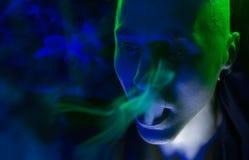 Λέσχη νυχτερινή ζωή κόμματος †« Όμορφο προκλητικό νέο μοντέρνο άτομο Smokin Στοκ φωτογραφίες με δικαίωμα ελεύθερης χρήσης