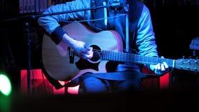 Λέσχη νύχτας - μουσικός στην ακουστική κιθάρα παιχνιδιών συναυλίας απόθεμα βίντεο